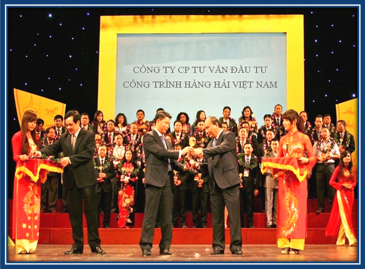Giám đốc MCIC-Ông Trần Thành Trung nhận cúp lưu niệm từ Thủ tướng Nguyễn Xuân Phúc vì những đóng góp trong ngành xây dựng