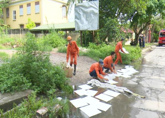 Nhân viên Trung tâm ứng phó sự cố tràn dầu Đông Bắc Bộ tham gia hỗ trợ triển khai các biện pháp ứng phó sự cố tràn dầu